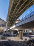 Städtische Ansicht einer Brücke in zentralem Lausanne lizenzfreie stockfotos