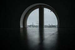 Städtische Ansicht vom runden Fenster in St Petersburg Stockbild