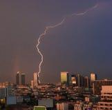Städtische Ansicht von Naturphänomenen, Blitz und Regenbogen über dem Stadt ` s zentralen Geschäftsgebiet, Bangkok, Hauptstadt vo Stockfotografie