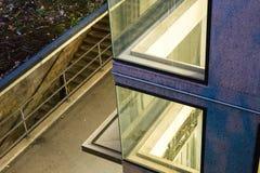 Städtische Architekturzusammenfassung am Nachtabend Stockfoto