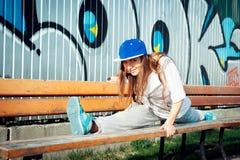 Städtische Ausstattungsfrau, die Ausdehnung tut Lizenzfreie Stockfotografie