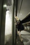 Städtische Ballerina, die am Fenster sich lehnt Stockfotos