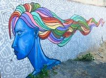 Städtische Graffiti der blauen Frau des Porträts mit dem mehrfarbigen Haar in Tiflis, Georgia Lizenzfreies Stockbild