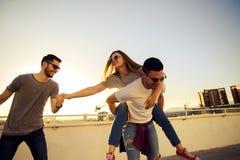Städtische Gruppe Freunde, die herum auf dem Balkon täuschen lizenzfreies stockbild