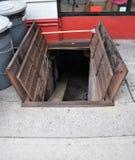 Städtische Keller-Tür Stockbild