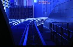 Städtische Landschaft durch blaues Fenster lizenzfreie stockfotografie