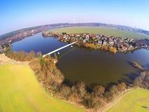 Städtische Landschaft mit Fluss Lizenzfreie Stockfotografie