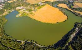 Städtische Landschaft mit Fluss Lizenzfreie Stockfotos