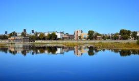 Städtische Landschaft September-Tag auf den Banken des Angara-Flusses Die Stadt von Irkutsk Russland Ruinen der alten Kirche nach stockfotografie