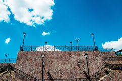 Städtische Laterne auf einem Hintergrund des blauen Himmels Stockbild