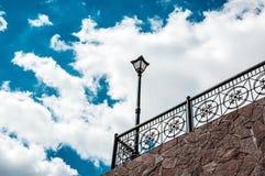 Städtische Laterne auf einem Hintergrund des blauen Himmels Lizenzfreies Stockfoto
