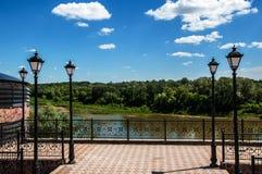 Städtische Laterne auf einem Hintergrund des blauen Himmels Stockfotos