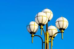 Städtische Laterne gegen den blauen Himmel stockfotografie