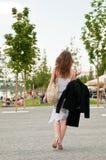 Städtische Lebensdauer - Kleid auf Mantelaufhängung lizenzfreie stockfotos