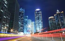 Städtische Nacht handelt Ansicht in der Dämmerung Stockbilder