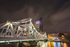 Städtische Nachtbrücke, die Metropole hastet stockbild