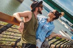 Städtische Paare, die durch den Fluss lachen Lizenzfreies Stockfoto