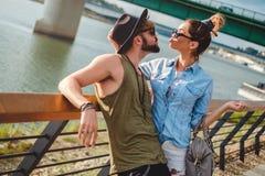 Städtische Paare, die einen Kuss durch den Fluss anstreben Lizenzfreie Stockfotos