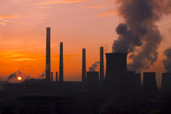 Städtische poluating Fabriklandschaft auf Sonnenuntergang Stockfotos