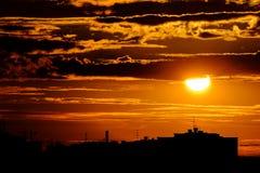 Städtische Schattenbildstadtskyline in erstaunlichem rotem orange Sonnenuntergang/in Sonnenaufgang Stockfotografie