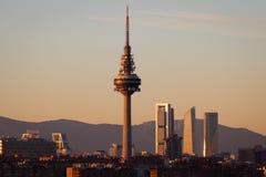 Städtische Skyline Madrids bei Sonnenuntergang lizenzfreie stockfotos