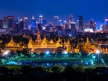 Städtische Skylinevogelperspektive Bangkoks nachts stockbild