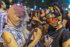 Städtische Stämme der feministischen Mädchen mit arabischen burka Masken während des Protestes der Frauen Tagesan den Santiag lizenzfreie stockfotografie