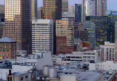 Städtische Stadtbildszene mit fest verpackten Gebäuden und Wolkenkratzern in San Francisco eine Stadt gelegen auf dem Ring des Fe Lizenzfreie Stockbilder