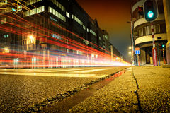Städtische Stadtstraße mit Autoleuchtespuren Lizenzfreies Stockfoto