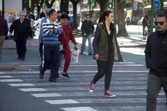 Städtische Szene: Leute in einem Fußgängerübergang 2 Stockfoto