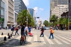 Städtische Szene in Mexiko City mit dem Monument zur Revolution auf dem Hintergrund stockbild