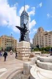 Städtische Szene mit dem lateinamerikanischen Turm in im Stadtzentrum gelegenem Mexiko City lizenzfreie stockfotos