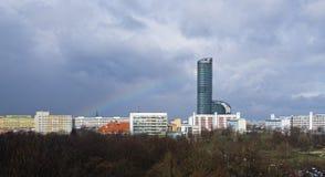 Städtische Szene mit Regenbogen lizenzfreie stockfotos