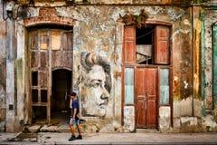Städtische Szene mit schönem aber verfallendem Gebäude in altem Havana stockbilder