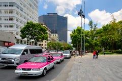 Städtische Szene mit traditionellen rosa Taxis in im Stadtzentrum gelegenem Mexiko City lizenzfreie stockbilder
