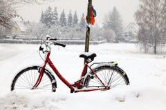 Städtische Szene, rotes Fahrrad Lizenzfreie Stockfotos