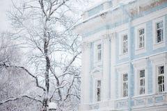 Städtische Winterlandschaft, Blizzard, undeutliches Bild Stockbild