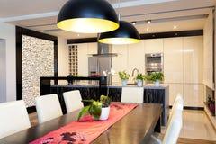 Städtische Wohnung   Küche Mit Steinwand Stockbilder
