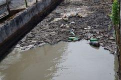 Städtischer Abwasserwasser- und -abfallfluß kursieren Stange Stockfotos