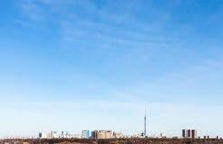 Städtischer Bezirk unter blauem Himmel im Vorfrühling Stockbilder