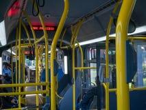 STÄDTISCHER Bus an der Park Presidio-Bushaltestelle während des Tages stockbilder