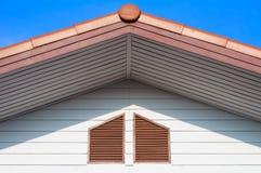 Städtischer Dachgiebel mit blauem Himmel Lizenzfreies Stockfoto