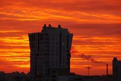 Städtischer drastischer Sonnenaufgang Stockfoto