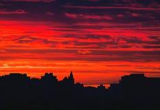 Städtischer Horizont bei Sonnenaufgang stockfotos