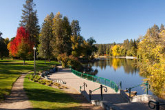 Städtischer Park, See und gepflasterter Weg mit Treppe stockbilder