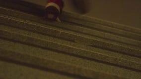 Städtischer Rüttler auf dem Treppenhaus Athlet herauf die Treppe, Nahaufnahme stock video
