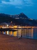 Städtischer Strand in Stadt Giardini Naxos in der Sommernacht Stockfotos