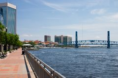 Städtischer Ufergegendgehweg Stockfoto