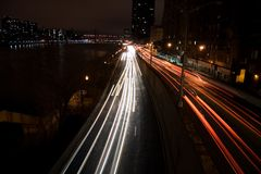 Städtischer Verkehr nachts Lizenzfreie Stockfotos