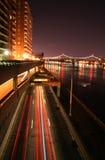 Städtischer Verkehr nachts lizenzfreies stockbild